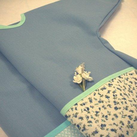 Bavoir manches longues, bleu et petites fleurs, Maminébaba